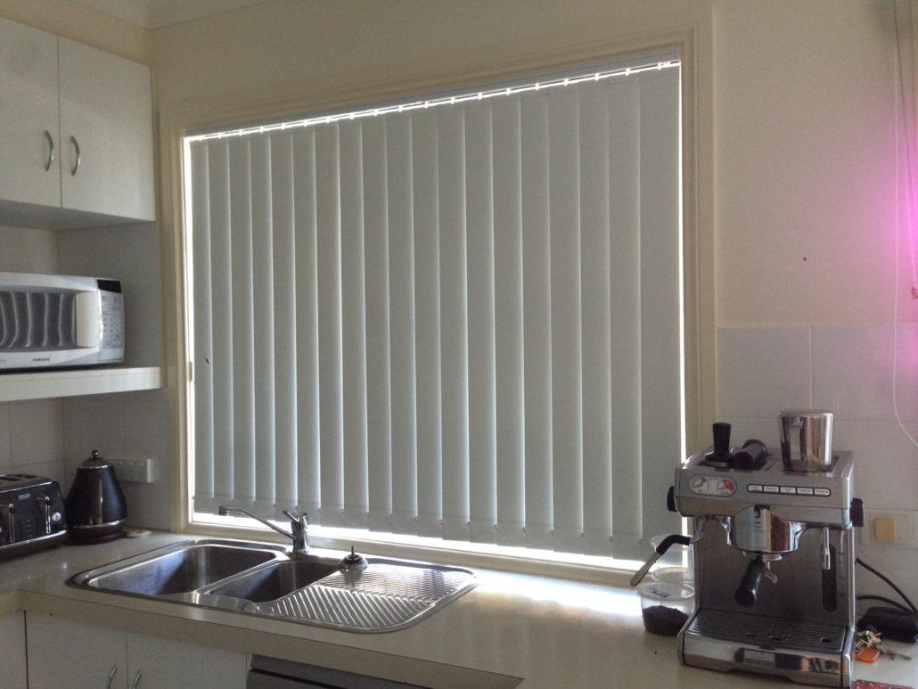 vertical blinds parda. Black Bedroom Furniture Sets. Home Design Ideas
